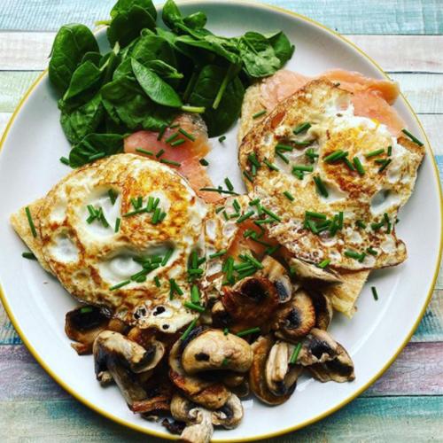 Slimming World breakfast, eggs, mushrooms, smoked salmon and spinach