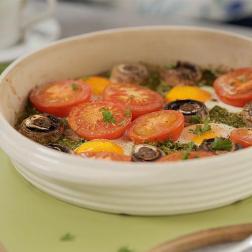 Pesto eggs with tomato and mushrooms